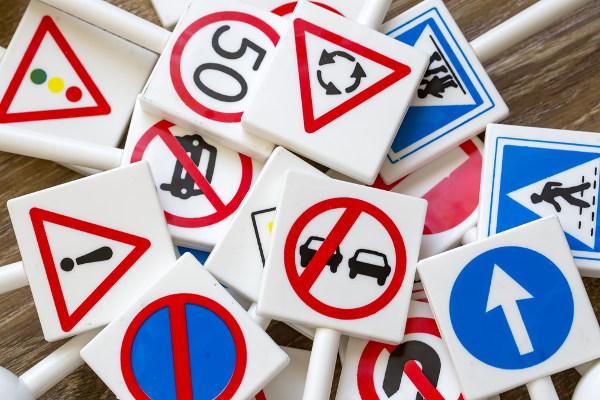 As placas de trânsito são exemplos claros e cotidianos de textos não verbais.