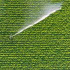 Foto aérea de irrigação em plantação