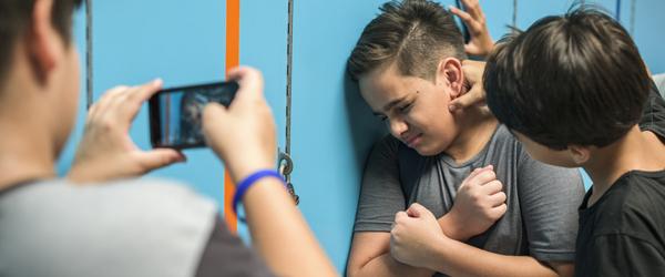 Garotos fazendo bullying e filmando o outro