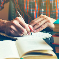 pessoa escrevendo um texto