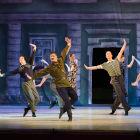 Homens dançando em teatro