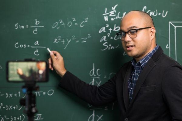 Videoaulas são uma das opções de trabalho para o matemático